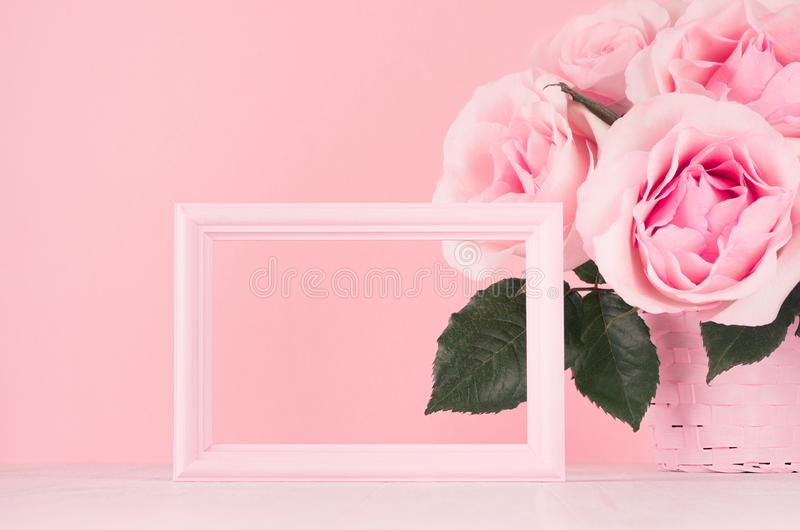 Valentine-dagenmodel met leeg kader voor tekst en ontwerp - Romaans boeket van rozen en houten roze kader op witte houten lijst royalty-vrije stock afbeeldingen