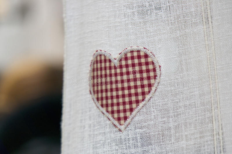 Valentine-daghart op gordijn stock afbeeldingen