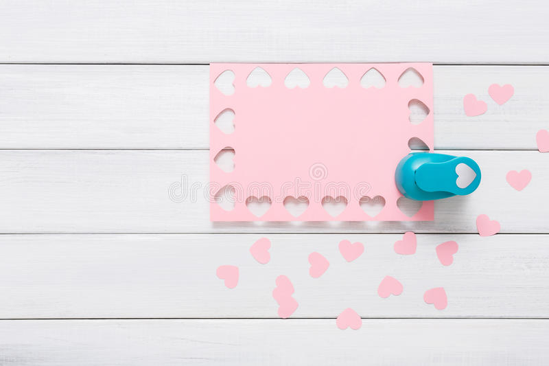 Valentine-dagkaart, ambacht scrapbooking achtergrond, het hartvorm van de gatenstempel royalty-vrije stock foto's