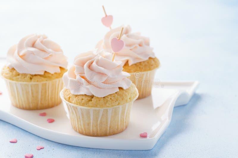 Valentine Day cupcakes met liefjes wordt verfraaid dat royalty-vrije stock foto