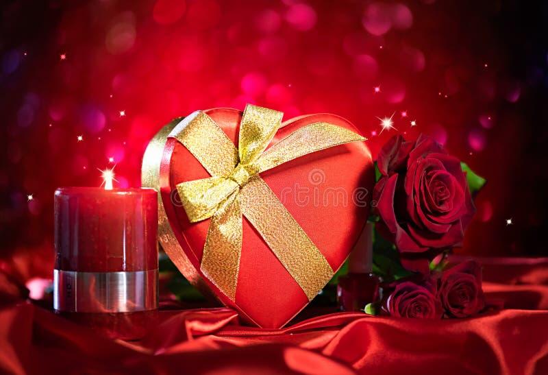 Valentine-de giftdoos en nam bloem op rode zijde toe stock foto