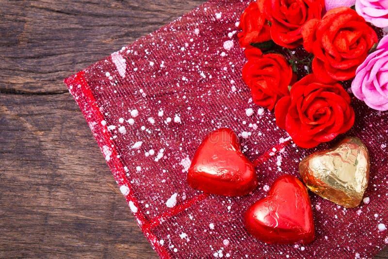 Valentine-decoratie, hart gevormde chocolade en rozen stock fotografie