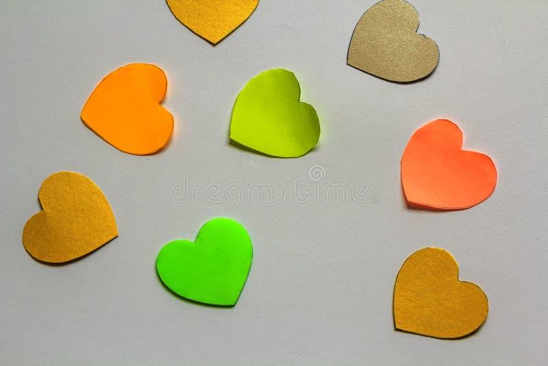 Valentine& x27; el fondo del extracto del día de s con colorido de papel cortada oye imágenes de archivo libres de regalías