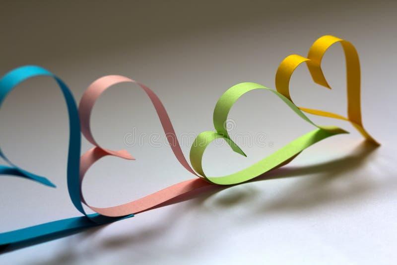 Valentine& x27; el fondo del extracto del día de s con colorido de papel cortada oye foto de archivo