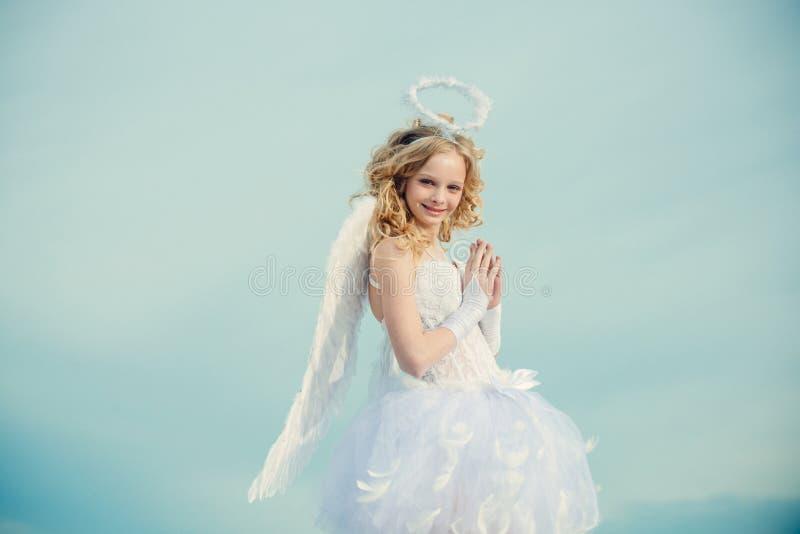 valentine Engelengel beten H?bsches wei?es kleines M?dchen als der Amor, der am St.-Valentinsgru?tag begl?ckw?nscht Wirkliche Fee stockfoto