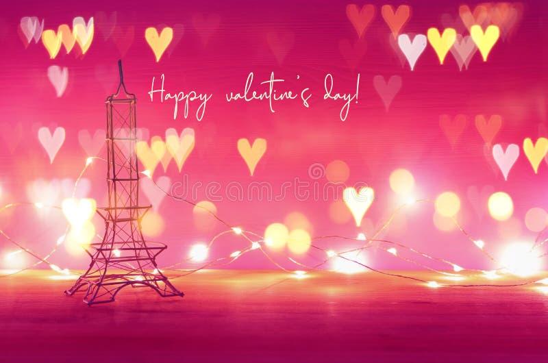 Valentine' fundo do dia de s Torre Eiffel sobre a tabela de madeira e o fundo roxo ilustração stock