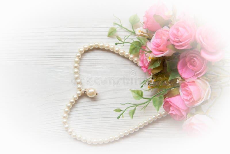 Valentine Gift Rosa färgros med pärlan för formhjärtavit arkivfoto