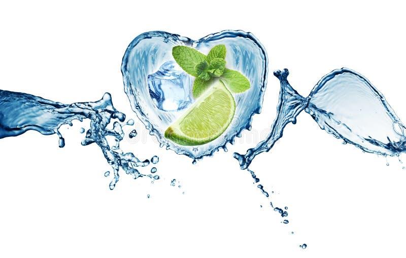 Valentine Heart del chapoteo, de la menta, del hielo y de la cal del agua imagen de archivo libre de regalías