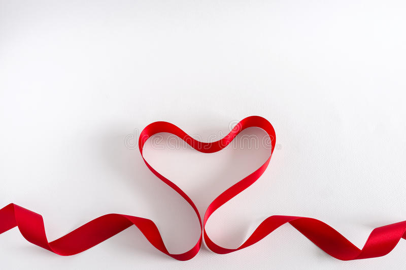 Valentine Heart Rotes Satin-Farbband Lokalisiert auf Weiß lizenzfreie stockfotografie