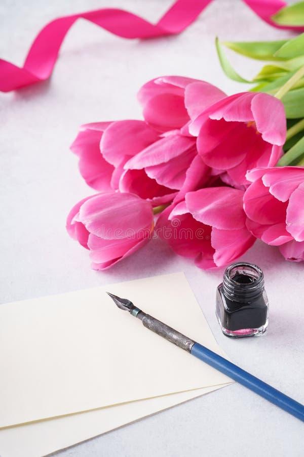 Valentine' kort för s-daghälsning med listan av papper, tulpan och pennan arkivbild