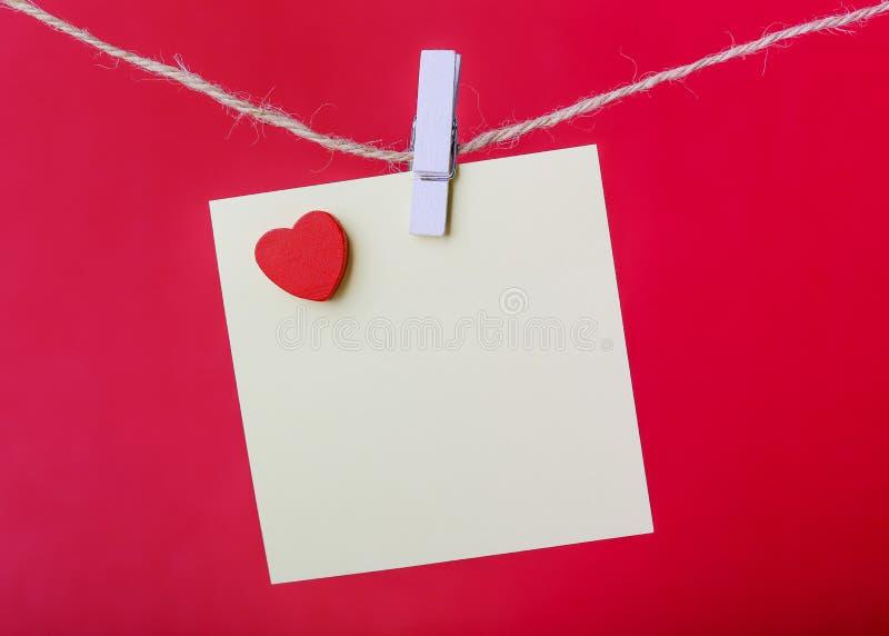 Valentine Note On Red Background imagenes de archivo
