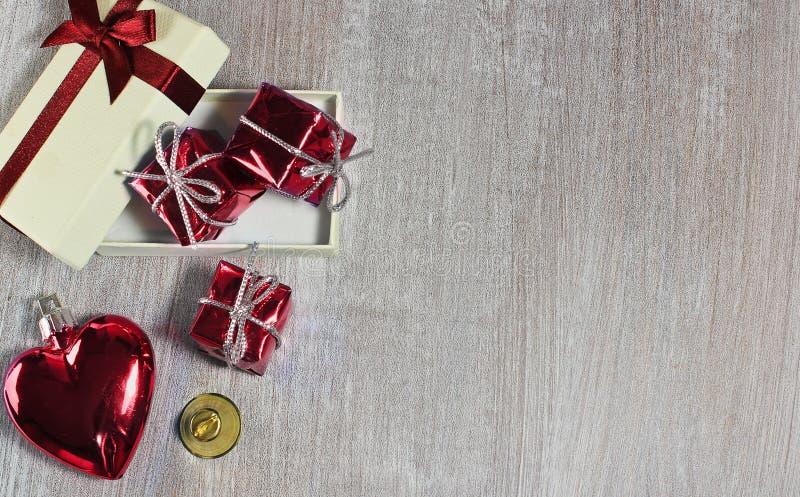 Valentine ou coeur et cadeaux rouges de Noël avec le petit tintement dessus photo libre de droits