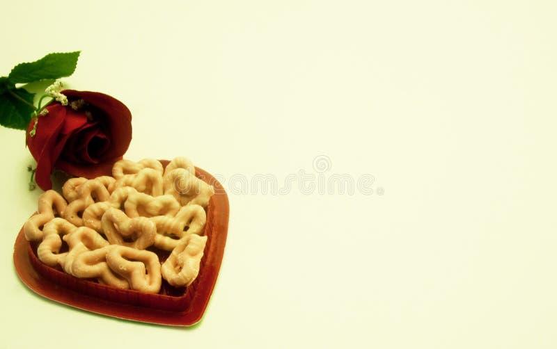 Valentine Rose con la caja y los pretzeles en forma de corazón imágenes de archivo libres de regalías