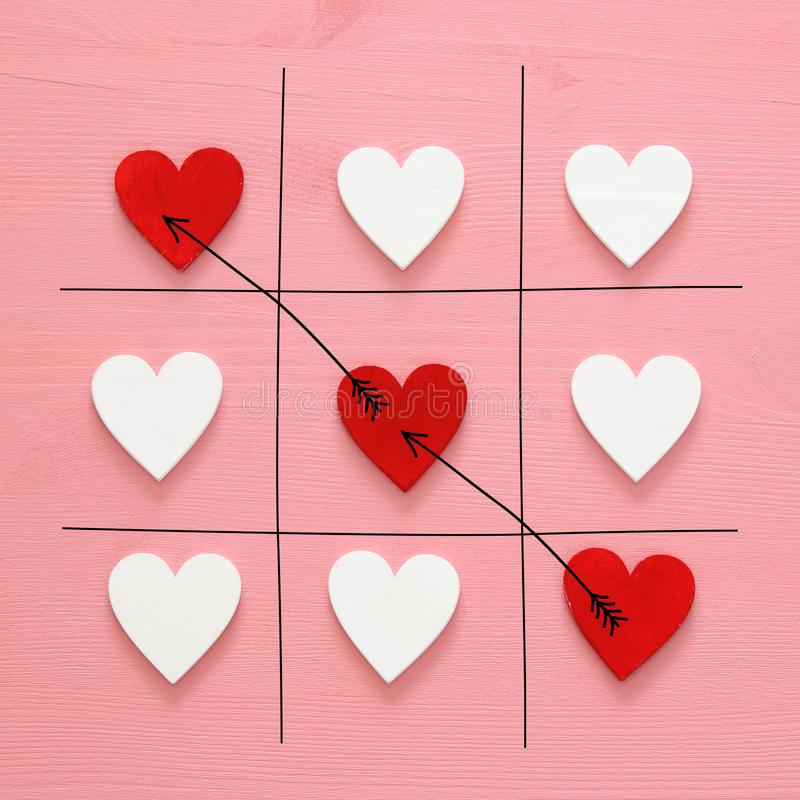 Valentine& x27; s-dagbegrepp med leken för hjärtor X-O Top beskådar royaltyfria bilder