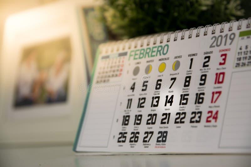 Valentine& x27; s dagkalender die 14 van februari tonen Speciale romantische datum royalty-vrije stock foto