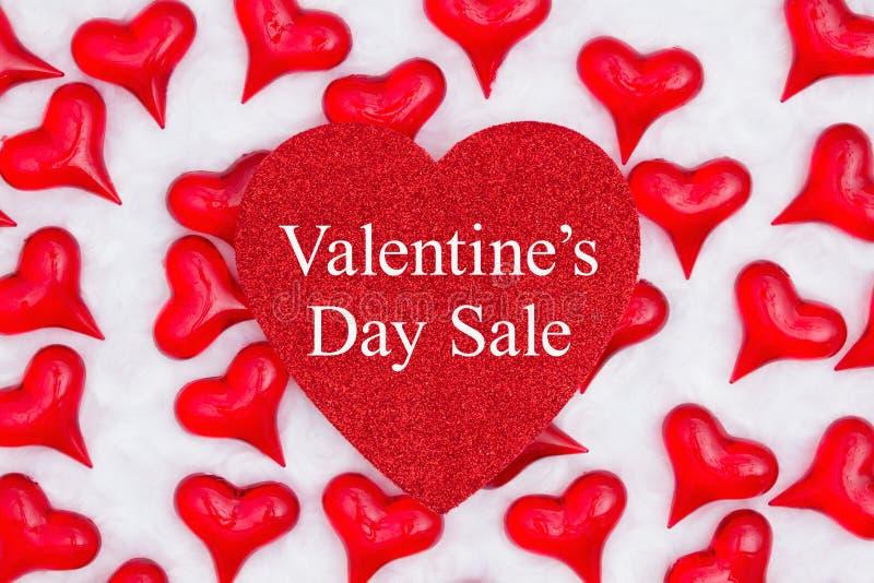 Valentine's Day Sale-Nachricht auf glatteres Herz mit roten Herzen auf weißem Stoff stockbilder