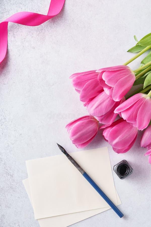 Valentine' s de kaart van de Daggroet met lijst van document, tulpen en pen stock fotografie