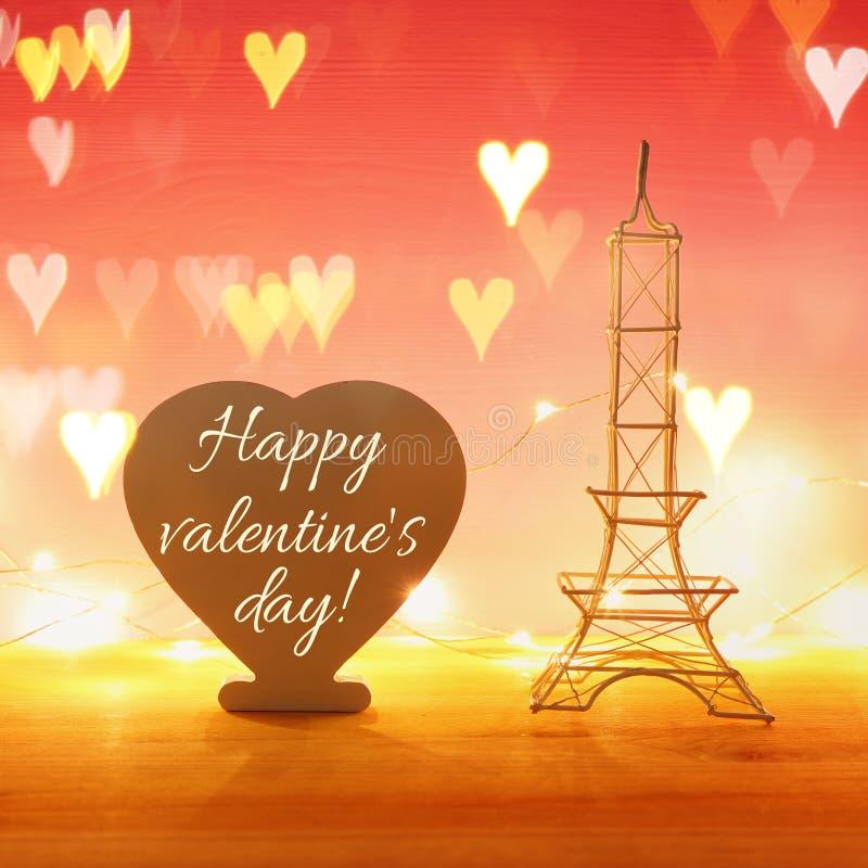 Valentine&-x27; s dnia tło Wieża Eifla i kierowy kształt wsiadamy z tekstem nad drewnianym stołu i czerwieni bakground Serce narz zdjęcia royalty free