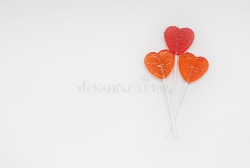 Valentine& x27; s-Tag Liebe und süßes Liebes-Konzept Drei Süßigkeit Lolipop Getrennt auf Weiß lizenzfreies stockbild