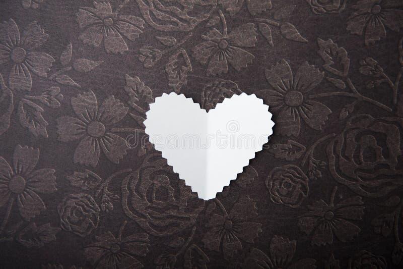 Valentine, wit hart op een chocoladeachtergrond stock afbeelding