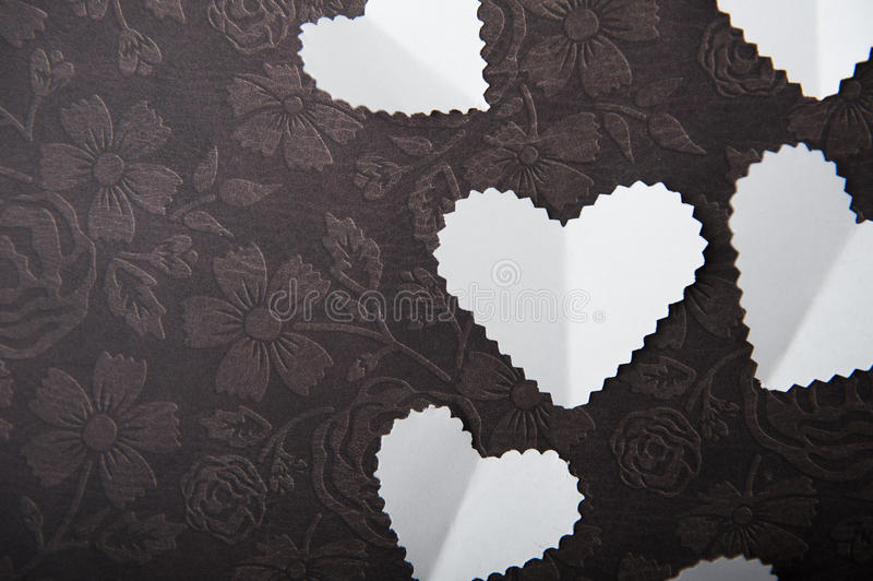 Valentine, wit hart op een chocoladeachtergrond, Ruimte, een plaats om de woorden in te gaan royalty-vrije stock fotografie