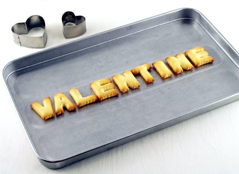 Valentine-woord, de brieven van koekjeskoekjes op ovendienblad stock afbeeldingen
