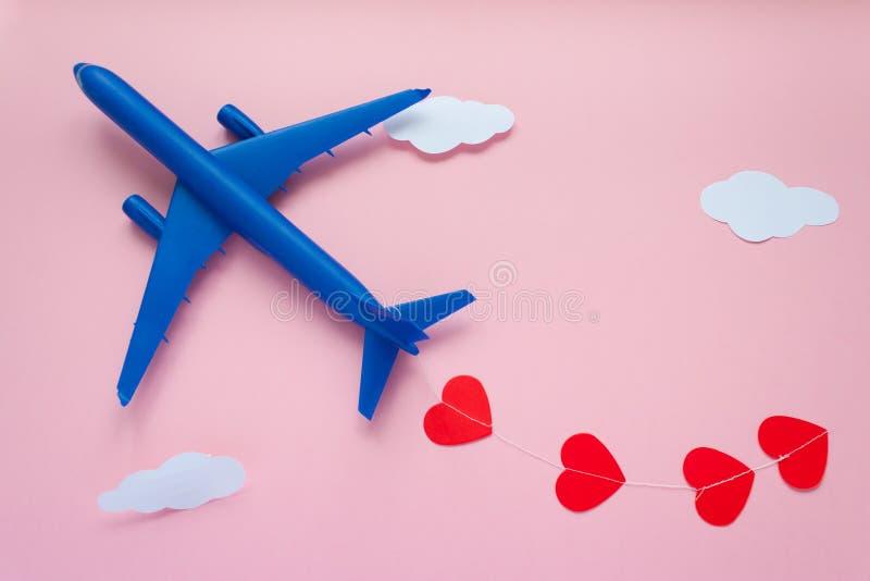 valentines дня счастливые Самолет ` s детей на розовой предпосылке с красным сердцем стоковые фотографии rf