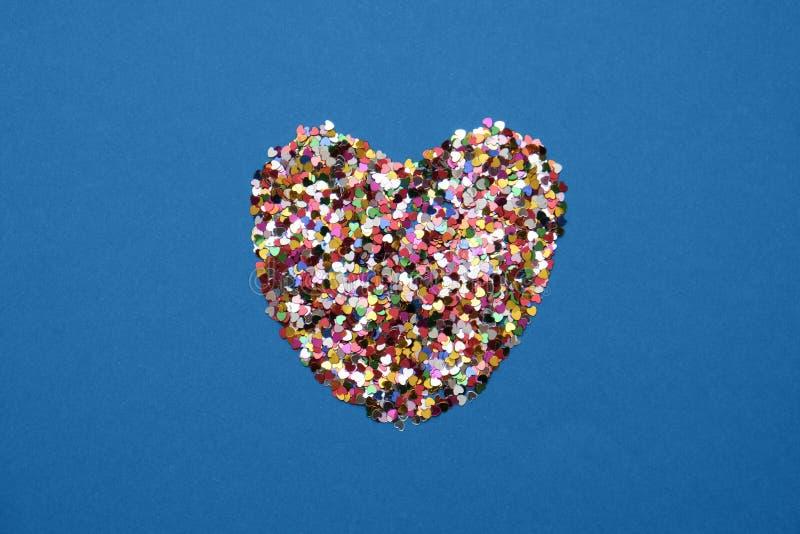 Valentines Tageskarte in blauer Trendfarbe - Herz aus Konfetti stockbild