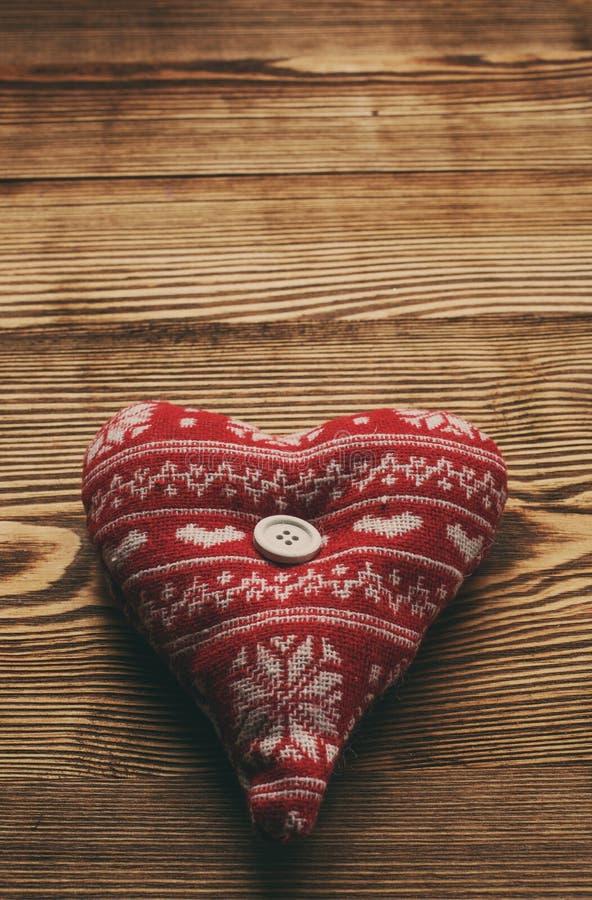 Valentinhjärta på träbakgrund fotografering för bildbyråer
