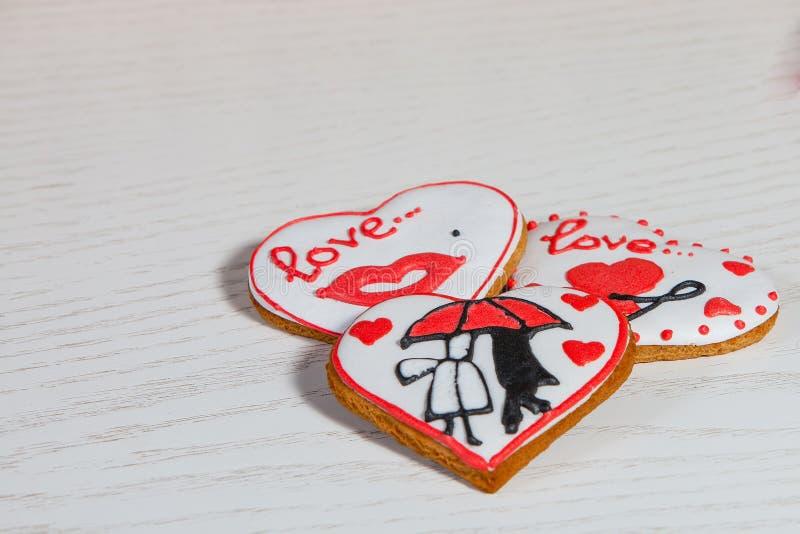 Valentinkaka i hjärtaform för beröm för dag för valentin` s royaltyfri bild