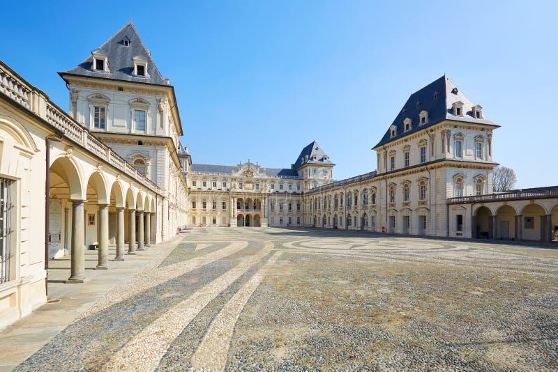 Valentino slott och tom domstol i en solig dag, klar blå himmel i Piedmont, Turin, Italien royaltyfri fotografi