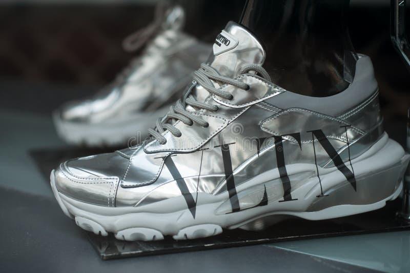 Valentino sneakers in een luxe winkel stock afbeeldingen
