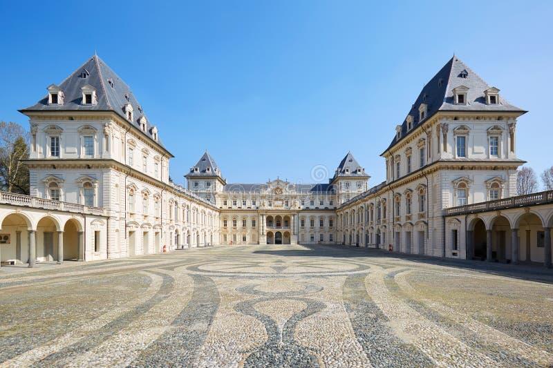 Valentinokasteel en lege hofmening, duidelijke blauwe hemel in Piemonte, Turijn, Itali? royalty-vrije stock fotografie