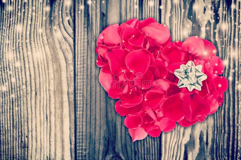 Valentinsammansättning med hjärtaform som göras ut ur rosa kronblad arkivbilder