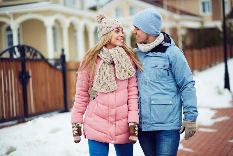Valentinsgrüße in der Winterabnutzung stockbilder