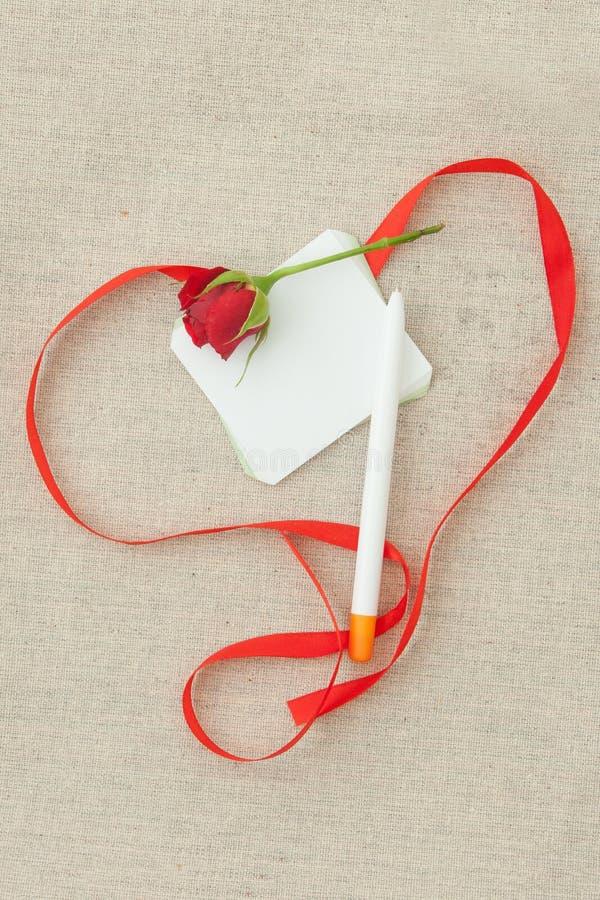 Valentinsgruß, Grußkarte mit rotem kleinem stieg, sperrt, freier Raum und Re ein lizenzfreie stockfotos