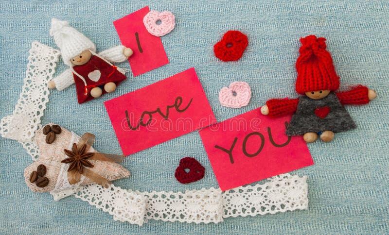 Valentinsgruß, Grußkarte mit rotem Rüschenherzen und strickendes c stockbilder