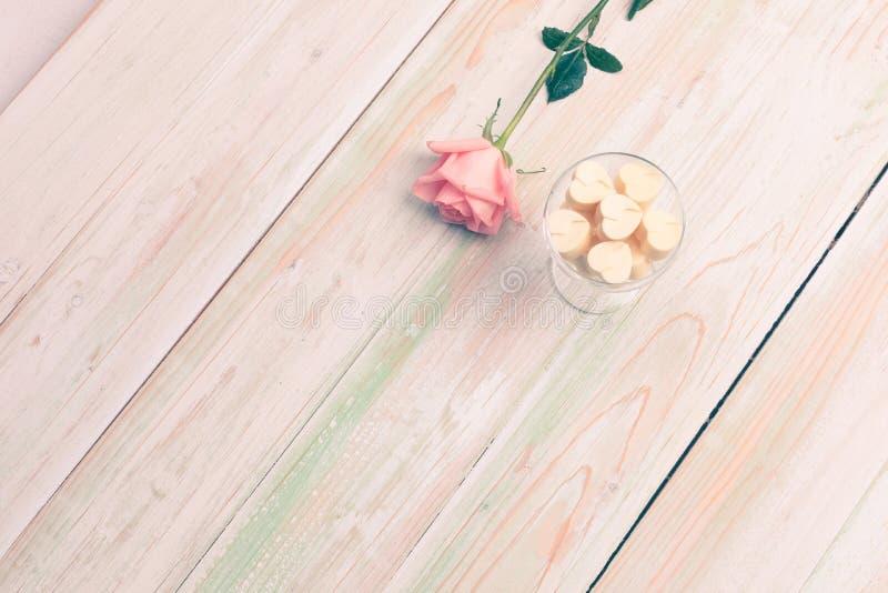 Valentinsgruß lieben Herzgeschenk-Schokoladenschale stieg Holz stockfotografie
