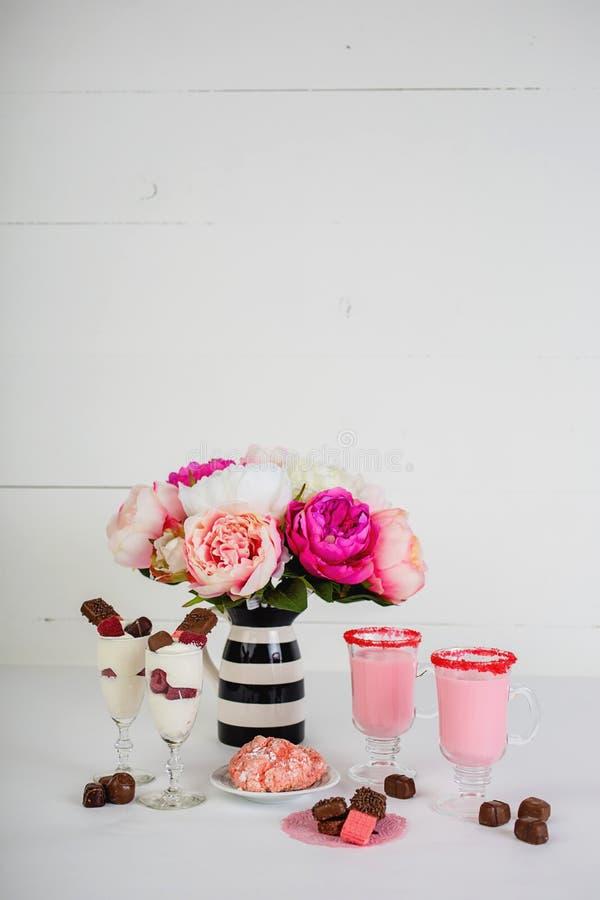 Valentinsgruß ` s Tag behandelt mit rosa Blumen lizenzfreies stockbild