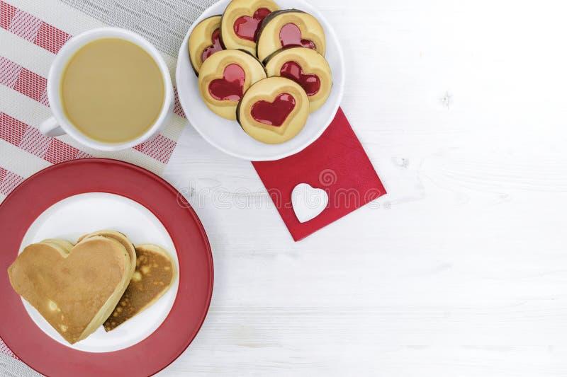 Valentinsgruß `s Tag Morgenkaffee mit Gebäck und Herzen stockfoto