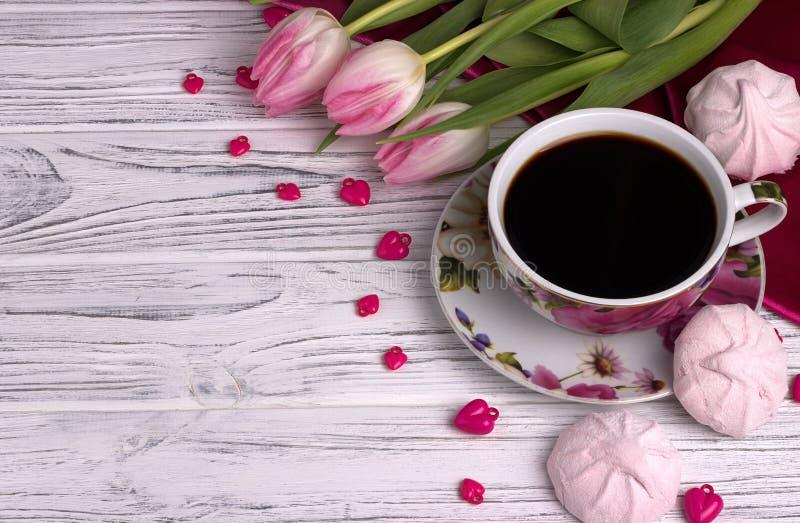 Valentinsgruß ` s Tageselegantes Stillleben mit Tulpe blüht Schale Herz-Formzeichens coffe Eibisches des roten auf weißem hölzern stockbild