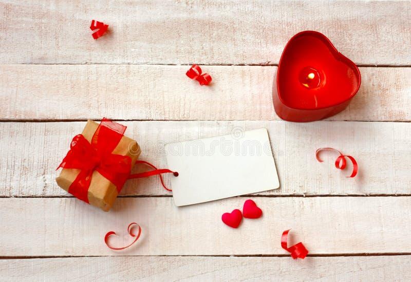 Valentinsgruß ` s Tageshintergrund, Kerze, Geschenkbox, Papiertag stockfoto