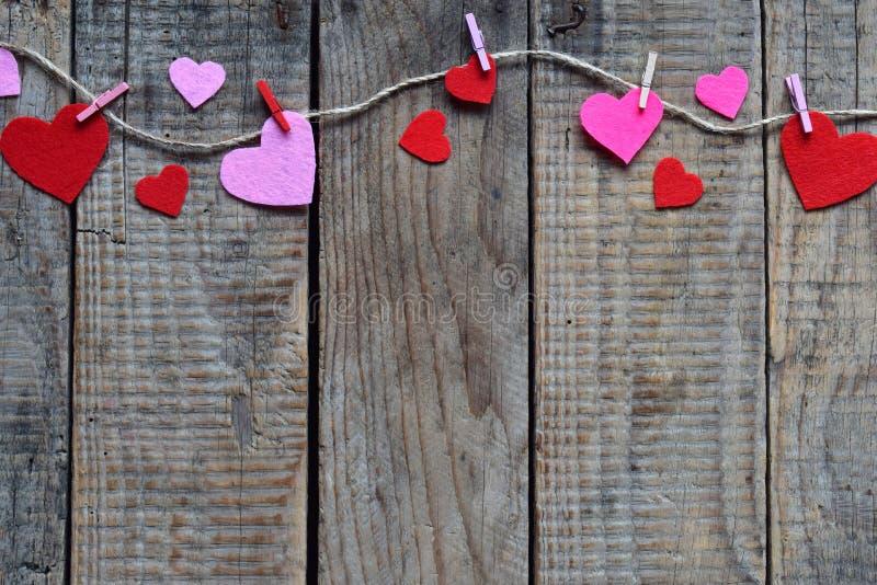 Valentinsgruß ` s Tageshintergrund mit handgemachten Filzherzen, Wäscheklammern Machendes Valentinsgrußgeschenk, diy Hobby Romant stockfotos