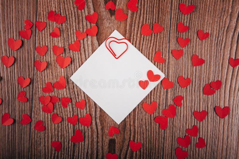 Valentinsgruß ` s Tageshintergrund mit Liebesbriefen, Schlüsseln und Herzformen Neues Haus lizenzfreie stockbilder