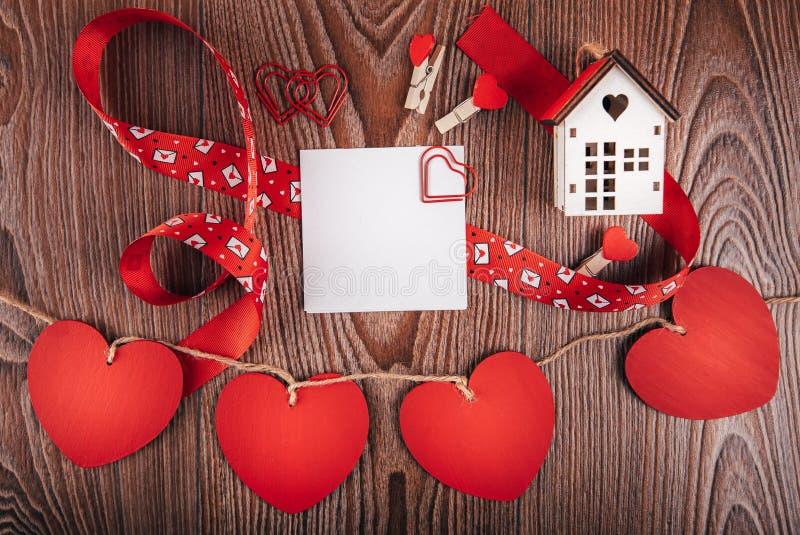 Valentinsgruß ` s Tageshintergrund mit Liebesbriefen, Schlüsseln und Herzformen Neues Haus lizenzfreies stockfoto
