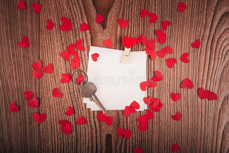 Valentinsgruß ` s Tageshintergrund mit Liebesbriefen, Schlüsseln und Herzformen Neues Haus stockbilder