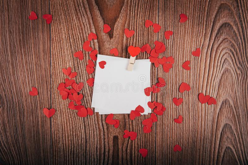 Valentinsgruß ` s Tageshintergrund mit Liebesbriefen, Schlüsseln und Herzformen Neues Haus stockfotografie