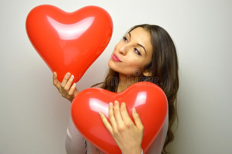 Valentinsgruß ` s Tageskonzept Geformter Ballon a des reizenden Mädchenkuss-Herzens lizenzfreies stockbild