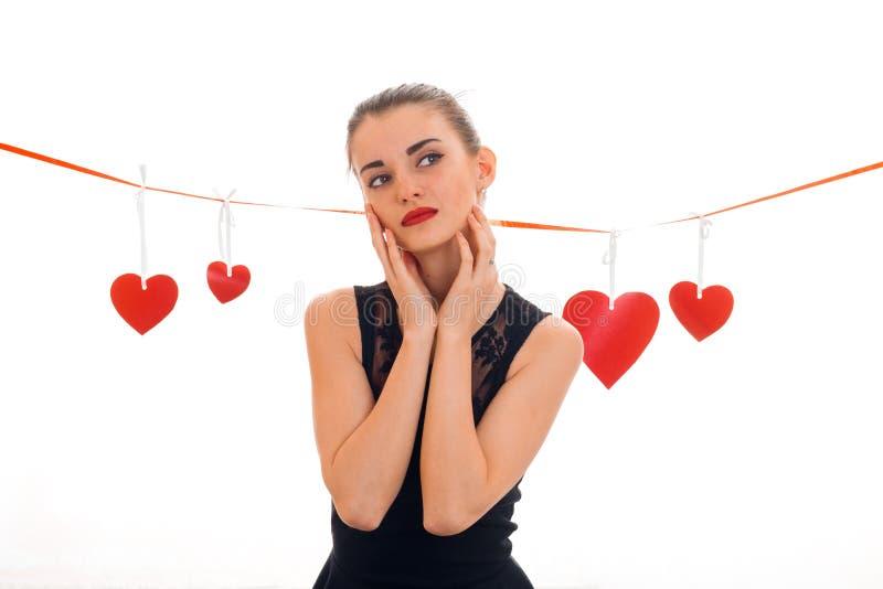 Valentinsgruß ` s Tageskonzept Liebe Junges Mädchen mit dem roten Herzen lokalisiert auf weißem Hintergrund im Studio stockfotos