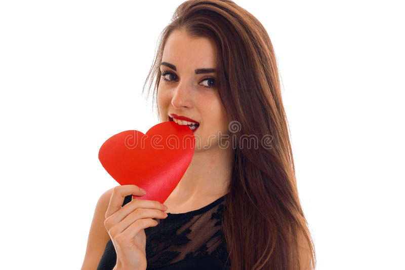 Valentinsgruß ` s Tageskonzept Liebe Porträt des jungen schönen Mädchens mit dem roten Herzen lokalisiert auf weißem Hintergrund  lizenzfreies stockfoto